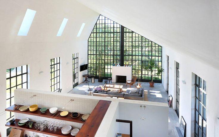WE Guest House は、TA Dumbleton Architectによって、2013年に完成させられたプロジェクト。 アメリカ、ニューヨーク州のハンプトン郊外にある、古い牧場のファームハウスを約8カ月かけて …