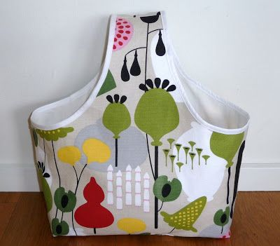 En beställd garnväska för förvaring av handarbeten. Den är lite mindre än den vanliga väskan och sydd i ett riktigt styvt tygsom gör att de...