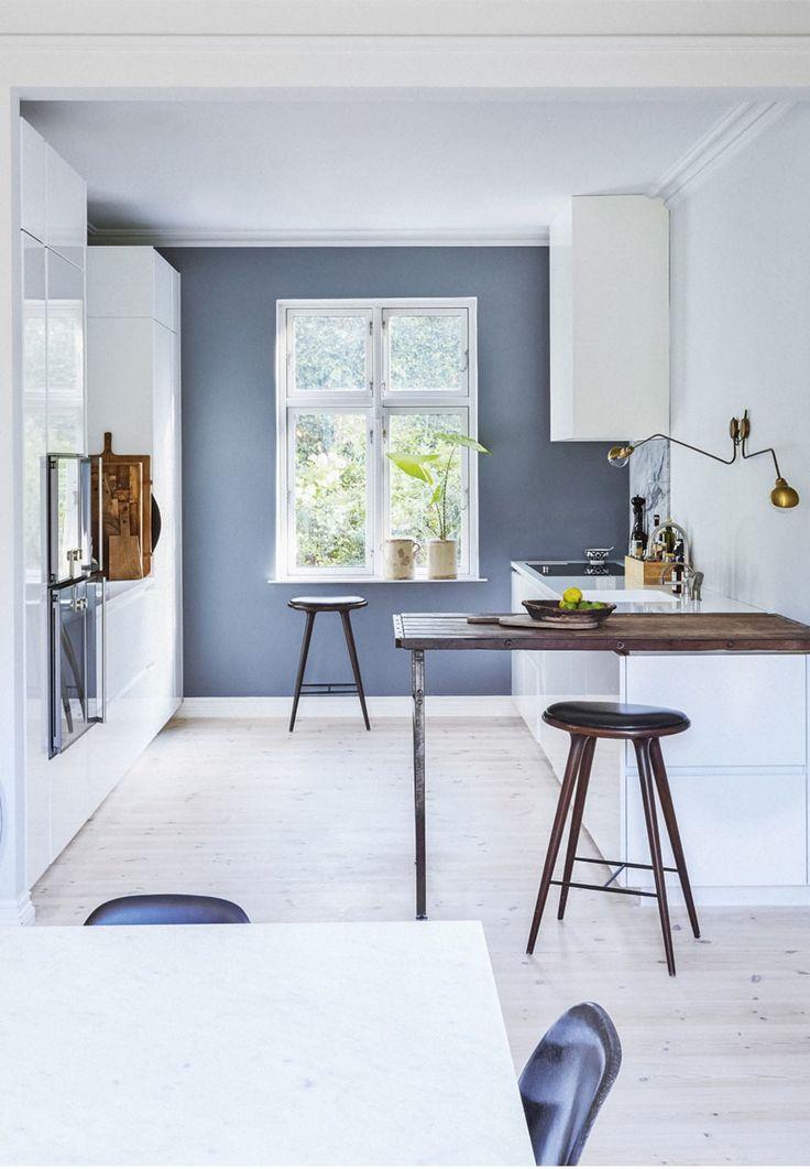 Stilrent køkken fra Multiform. Varm gråblå væg
