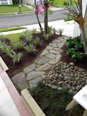 Diseños del jardín en zonas tropicales: Un camino de piedras