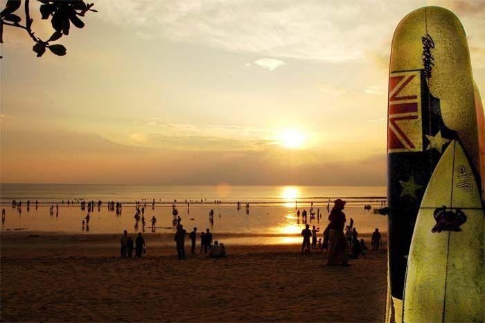 De wereldberoemde sunset van Kuta Beach op Bali. Rondreis - Vakantie - Indonesië - Bali - Kuta Beach - Strand - Beach - Zonsondergang - Sunset