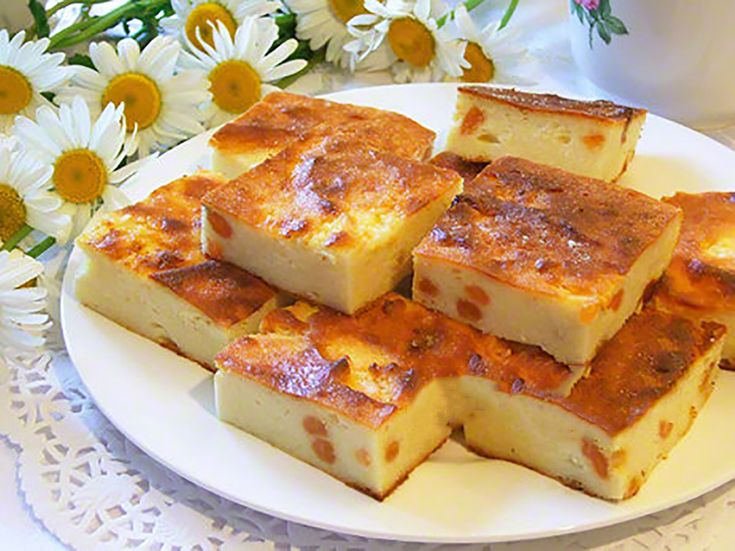 """""""Budinca clasică din brânză de vaci cu stafide"""" este delicioasă, aromată și perfectă. Aceasta se prepară de obicei la micul dejun și se servește cu smântână sau miere. Ca să preparați o budincă ideală trebuie să țineți cont de câteva sfaturi: alegeți brânză de casă grasă care trebuie amestecată, astfel încât să obțineți o masă cremoasă, trebuie să ungeți partea superioară a budincii cu unt sau smântână, ca să fie gingașă și aromată, la dorință puteți adăuga coajă rasă de lămâie pentru un…"""