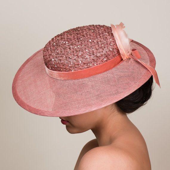 Deze hoed is een lieve, vintage geïnspireerde nemen over de klassieke schipper. Hand-geblokkeerd in een stoffige rose roze sinamay, beschikt het over een pillendoos kroon en een licht schuine rand. De kroon 2 hoog en heeft een overlay van zeer koele lovertjes fishnet kant. De rand meet 4 breed aan de voorkant. Het is bedraad dan gebonden met bijpassende sinamay. Alles is met de hand genaaid.  TRIMs omvatten een fluweel lint band en boog center terug, plus twee gekrulde roze veren.  MADE TO…