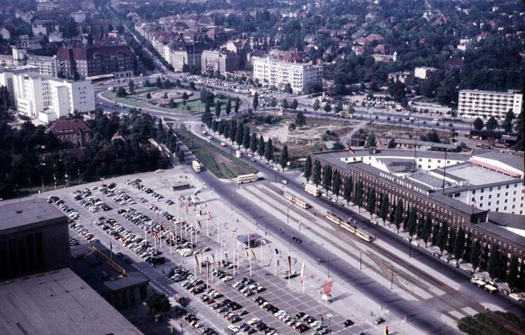 Berlin-Westend, 1958. Ein faszinierendes Bild, wie wir finden, weil es die Entwicklung der Stadt zeigt. Hinten der Theodor-Heuss-Platz (der bis Dezember 1963 noch Reichskanzlerplatz hieß); die SFB-Zentrale wird erst im Jahr 1970 eröffnet. Vor dem Haus des Rundfunks sind die vielen Straßenbahngleise zu sehen. Sie erklären auch den breiten Mittelstreifen, auf dem heute die vielen Autos (unter jungen Bäumen) parken können. Bis 1966 fuhren über die Heerstraße noch Straßenbahnen (auf der rechten…