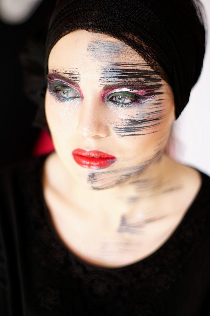 Red lips, creative makeup. Makijaż artystyczny.