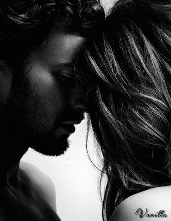 Gözlerin gözlerimde kaybolurum içinde.  Seni anlatmak istesem anlatamamki ben, Bir rüya gibi kaybolacağından korkarım. Açmam gözlerimi uyanmaktan korkarım..  Gün ağarmış olsada kaybolmaz karanlıklar. Seninle hep elele güzeldir aydınlıklar. Bir rüya gibisin sen kaybolmaktan korkarım. Gözlerim birşey görmez yalnız sana bakarım...