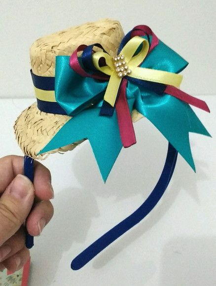 Linda tiara de Festa Junina com chapéu grande.      Tamanho do laço e cores podem variar de acordo com a sua preferência.
