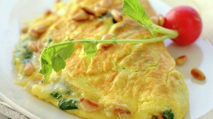 Omelett med spinat, parmesan og pinjekjerner - Rask - Oppskrifter - MatPrat
