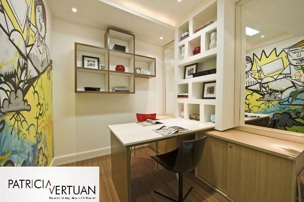 Home office com 6 m²,para ser usado por duas pessoas.Os espelhos e nichos imprimem a sensação de ampliar o espaço.