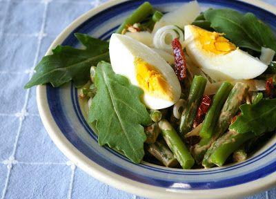 zadanie - gotowanie: Sałatka z fasolki szparagowej, rukoli i jajka.