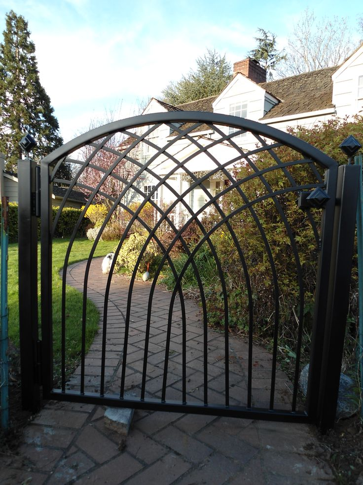 Cool angles on this custom gate! by MOD Studio www.modstudionw.com