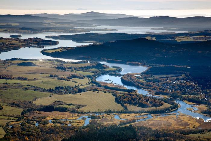 Začátek vzdutí přehrady Lipno u Nové Pece – letecký pohled