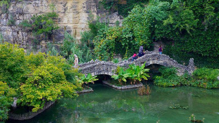 アメリカ • テキサス州 • サン アントニオ 静かな午後をのんびりすごすのに最適なスポット。日本庭園と本格的な茶室の中を散策しましょう。
