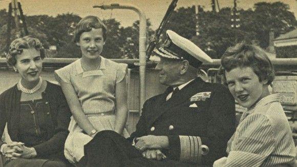 Prinsesse Margrethe med familien på sommertogt  Efter fjorten dages sejlads på Østersøen og i den svenske skærgård kommer kongeskibet til København og indleder derfra årets sommertogt rundt omkring til danske havne i 1955.