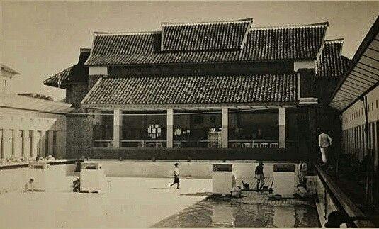 Zweminrichting 't Centrum te Bandoeng, een ontwerp van Ingenieursbureau Ingenegeren-Vrijburg, in de laatste fase van de bouw. circa 1937