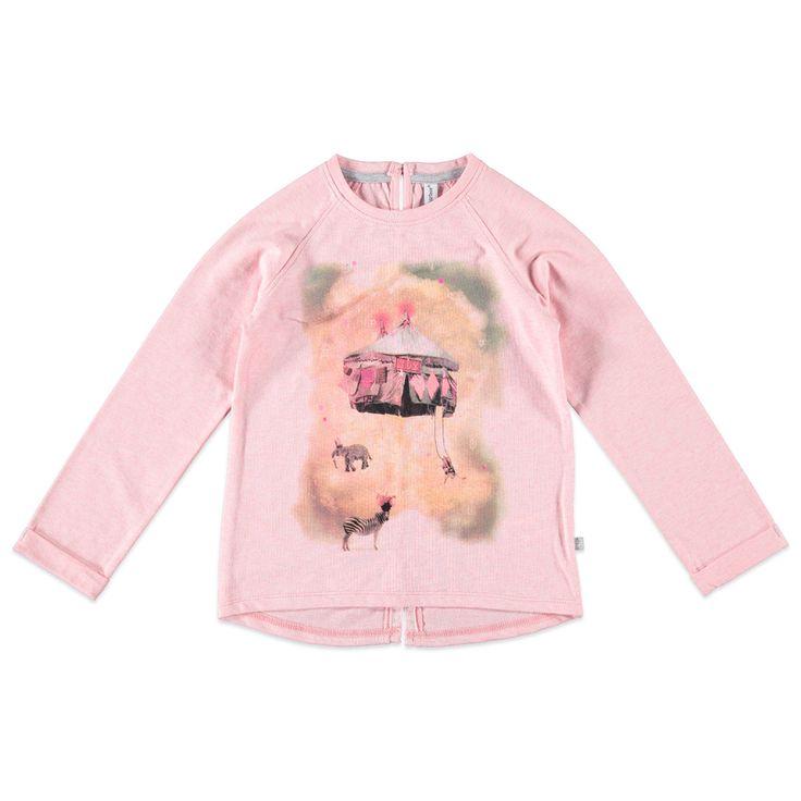 Kidzface T-shirt met ronde hals en lange mouw voor meisjes in de kleur roze. Dit tricot T-shirt van Kidzface, uit de winter collectie, is gemaakt van katoen, polyester en elastan. Verkrijgbaar in de maten 110-116 t/m 146-152 en heeft achter bij de hals een splitje met knoopsluiting. Op de voorkant een grote verwassen print en de uiteinden van de mouwen hebben een vaste omslag.  Artikelnummer: 6238696 Seizoen: winter Leverancierskleur: 73 powder  Materiaal: 76% katoen, 19% polyester, 5%…