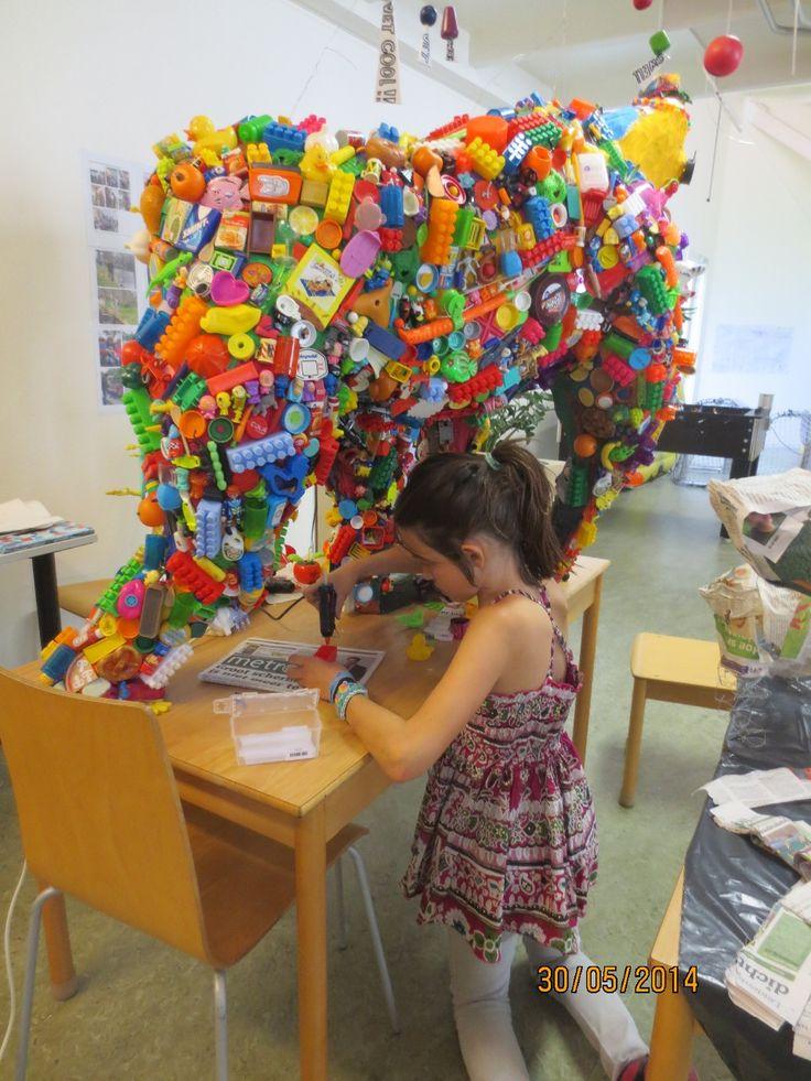 Werken in de stijl van een kunstenaar. :: Kunst & Kolder  In de stijl van Robert Bradford recycle-kunst met oud plastic speelgoed, gogo's, mini's van AH etc. op een basis van Papier macher