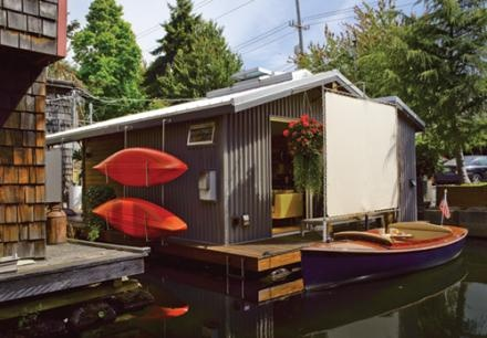 I really adore houseboats. I'm not sure I could live on one, but they're cute!