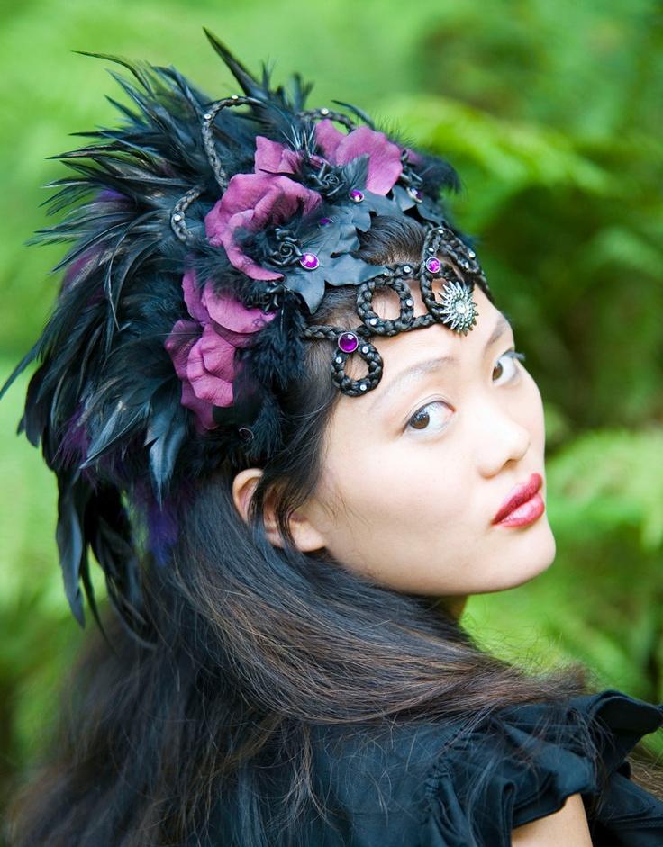 """Couture hoofdtooi """"LADY HAWK"""", rijkelijk versierd met gevlochten haarornament met zwarte en paarse veren en rozenblaadjes. $625,00, via Etsy."""