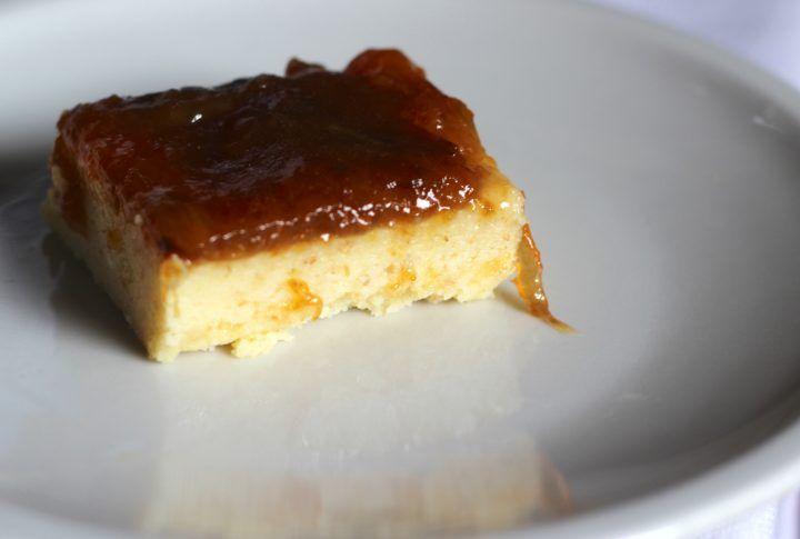 torta al cucchiaio di ricotta, limone e prugne