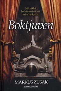 Boktjuven - Markus Zusak 6 ex Tyskland 1939. Landet håller andan. Döden har aldrig haft mer att göra, och det är bara början. Nioåriga Liesel Memingers liv förändras när hon plockar upp en bok på marken bredvid sin lillebrors grav. Det är Dödgrävarens handbok som lämnats där av misstag och det är den första bok hon stjäl. Med hjälp från sin fosterpappa lär hon sig läsa och snart har hon inlett en kärleksaffär med ord och böcker.