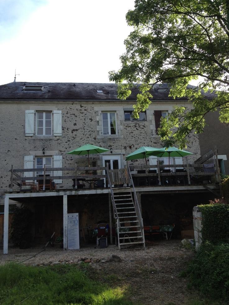Gezellig en fijne chambre d'hotes tussen Poitiers en Limoges. Iet en Gitta ontvingen ons met een heerlijk aperitief op het terras achter (zie plaatje). We sliepen in de familiekamer, helemaal goed, en hebben heerlijk gegeten. Gewoon wat de pot schaft, maar oh zo lekker. En de wijn ook. Lekker informeel, heel gave eetzaal, en lekker luchtig. Publiek is van alles door elkaar. Fijn!