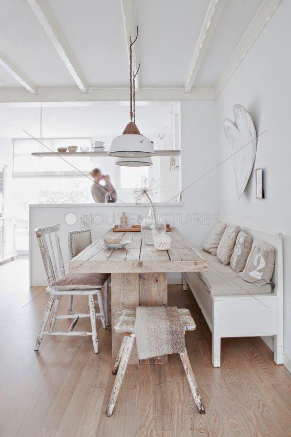 ALL NATURAL-Uma casa de 100m² realmente inspiradora. Localizada em Baarn, Holanda,  a casa foi toda decorada e mobiliada com móveis e acessórios de segunda mão, além de peças produzidas artesanalmente. O interior de madeira e a escolha de tons nas cores brancas torna o ambiente aconchegante e romântico para a casa.