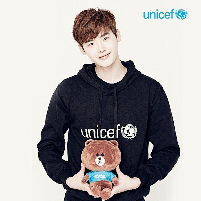 [Jan.30.2016] Unicef Korea Instagram Update  유니세프의 특별한 친구 #이종석 오빠와 #라인프렌즈 #브라운이만났어요 :D #넘나귀여운것♡ 유니세프 티셔츠를 입고 있는 브라운, 진짜진짜 귀엽죠? 판매 수익금이 유니세프에 기부되는 특별한 인형이에요+_+ 지구촌 모든 어린이들이 행복한 세상을 만들기 위해 이종석 오빠가 브라운과...