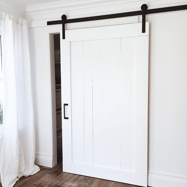 Pimp ta garde-robe (c'est une garde-robe de grandeur standard même si la porte lui donne une allure plus grande. Il faut juste un mur vide à côté pour mettre ce genre de porte)