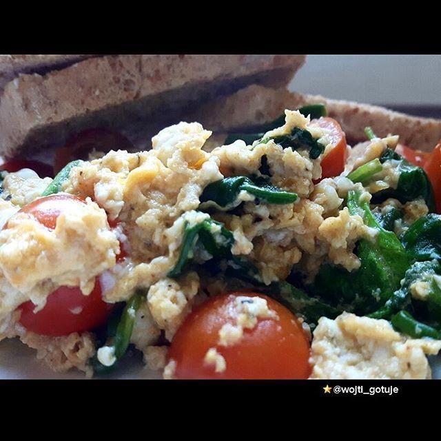 🍳🍳🍳🍳🍳Jajecznica ze szpinakiem, pomidorami i ziołami prowansalskimi🍀☘🌿🍅🍅🍅🍅 Energetyczność posiłku: 509,09 kcal Białko: 26,85 g Tłuszcz: 23,52 g Węglowodany: 47,19 g SKŁADNIKI: Jaja - 3 średnie (140 g) Chleb graham - 3 średnie kromki (95 g) Oliwa z oliwek - 1 łyżka (8 g) Szpinak (świeży) - 1,25 garści (24 g) Pomidor - 1 średnia sztuka (140 g) Zioła prowansalskie - 2 szczypty (2 g)  #vscofood #foods4thought #bgbcommunity #photooftheday #eeeeeats #jajka  #siłownia  #health…