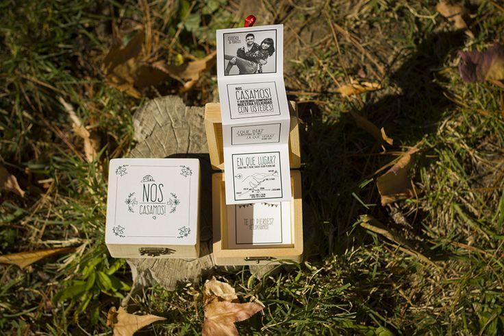 Parte de matrimonio en forma de acordeón junto a una hermosa cajita de madera.   Más información en el siguiente Link :  http://www.nos-casamos.cl/work/cajita-nos-casamos/