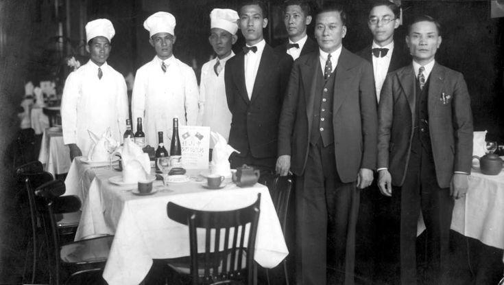 Chinees restaurant Het Verre Oosten te Den Haag. De koks, obers en eigenaren bij de gedekte tafels. 's-Gravenhage (Den Haag), Nederland 1933.