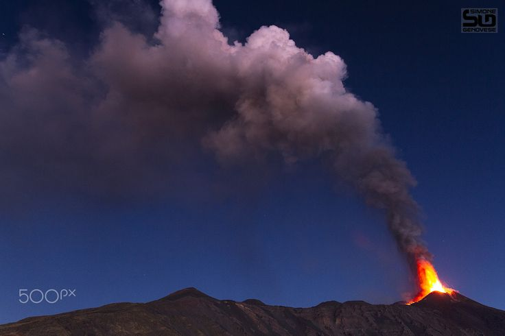 Etna paroxysm in October 2013 - The first lights are reflected on the plume of…