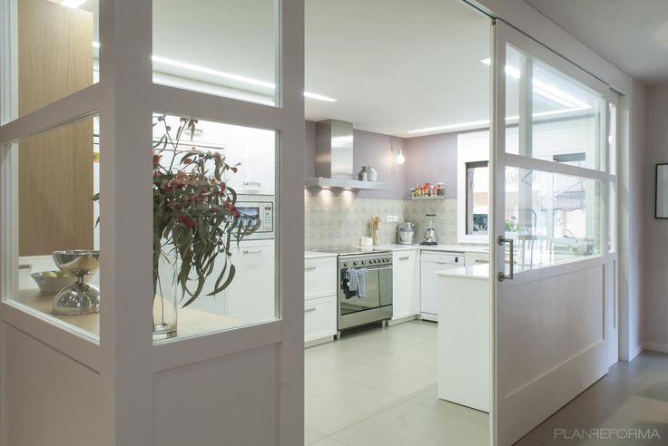 Cocina style contemporaneo color violeta, beige, blanco  diseñado por esteveinteriorisme | Interiorista