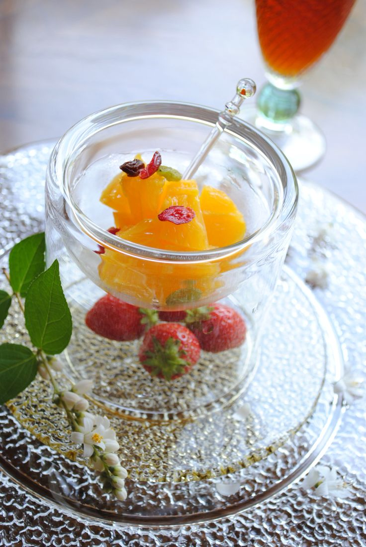 ティータイム 苺 オレンジ ドライフルーツをスガハラガラスの器に盛る付けました。庭の小花を散らして。