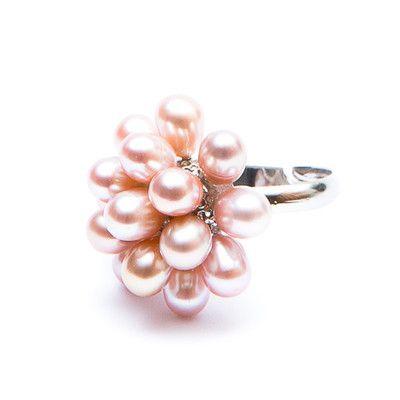 Perlový prsten Zeni Velmi netradiční prsten ZENI s přibližně 15 sladkovodními perlami zajisté upoutá pozornost. Velikost prstenu lze polohovat v rozmezí viz níže. Je použit obecný kov. Podívejte se, které náušnice a náramky budou pro Vás k tomuto prstenu ty pravé :-).