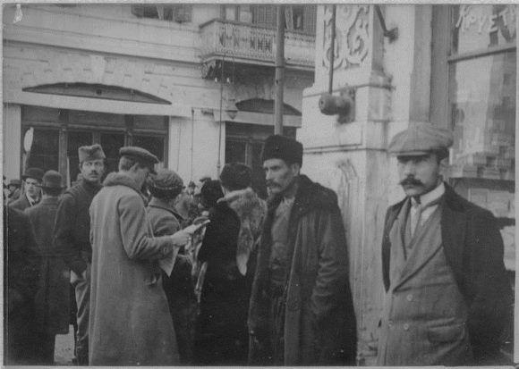 σερβοι προσφυγες το 1916 στην πλατεία Ελευθεριας.το 1015 η Αυστροουγγαρία είχε καταλάβει τη Σερβία