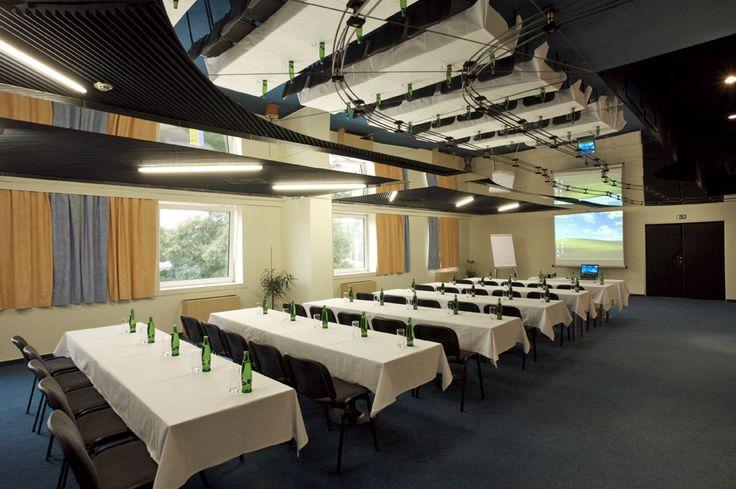 Klubový sál je vhodný pro firemní večírky, semináře, školení, meeting a prezentace.