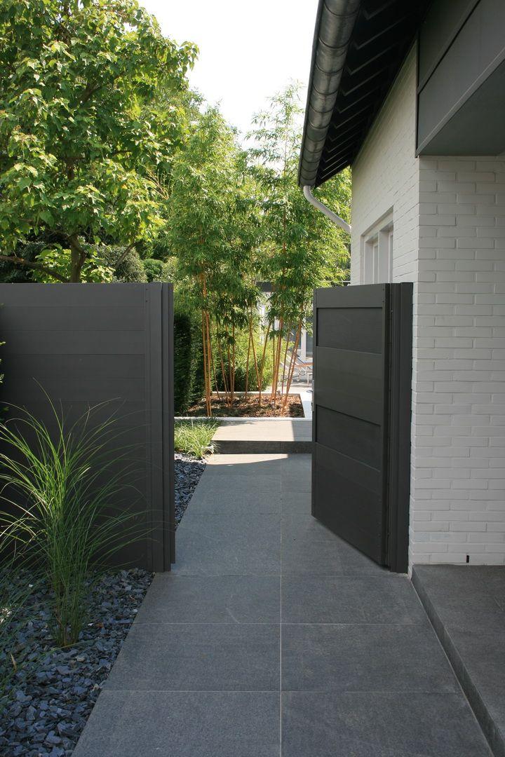 Modern fence and gate Leuk die steentjes naast die grote terrastegels #moderne #tuin