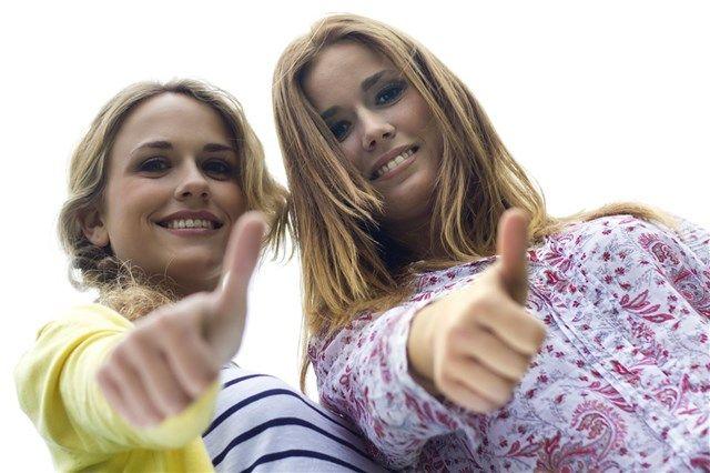 Dos mujeres jóvenes y sonrientes