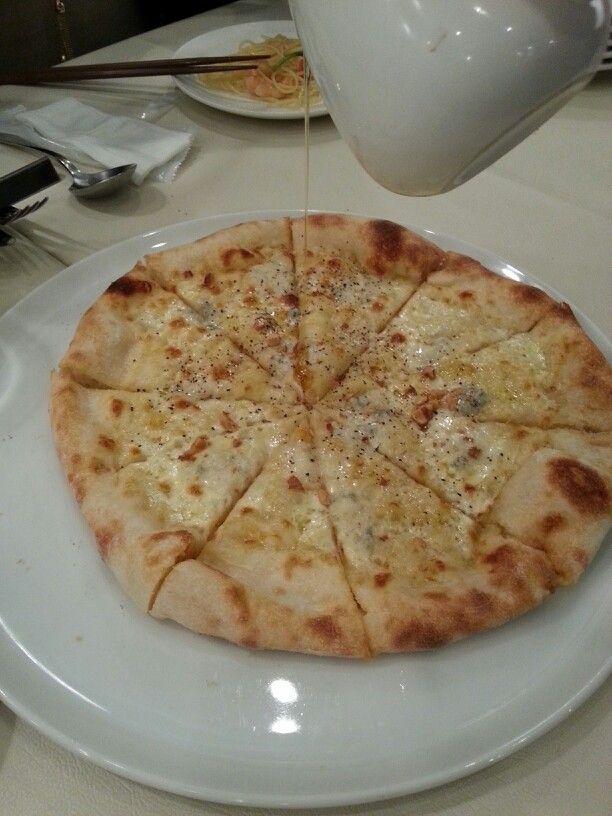 ゴルゴンゾーラとナッツのピザ