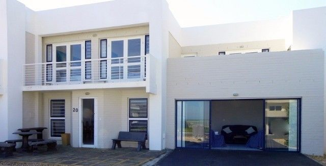 The Cayman Beach townhouse with breath-taking views across False Bay, of Table Mountain and the Twelve Apostles, this real home from home is maintained to a particularly high standard and offers comfortable and spacious accommodation for large families or 8 friends sharing.