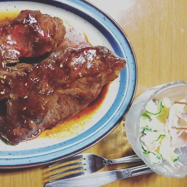 下の娘の晩ごはん  ステーキ2枚 ポテトサラダ トマト  お肉大好きな娘です。  #晩ごはん#夕飯#夕食#ステーキ#ポテトサラダ#サラダ#肉#肉食系 #
