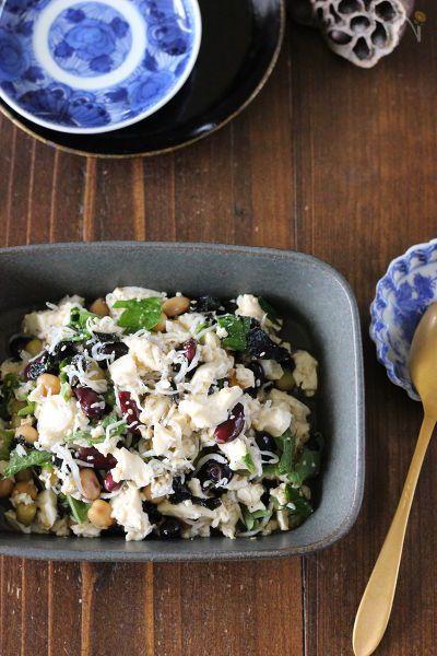 チョップドサラダってやってみたいけど刻むのが面倒…。という声をいただいてできたひと品!  ちゃんと作った感はあるけど簡単食材で、切らないから簡単&加熱しないから暑くならずに作れます。  栄養もたっぷりなので、もりもり食べて夏バテ知らずに暑さをのりきりましょう♪  豆腐は良質タンパク質が豊富で栄養価が高く、大葉や海苔はビタミンミネラルが豊富です。レモン汁のクエン酸も夏バテ対策には効果大ですよ。