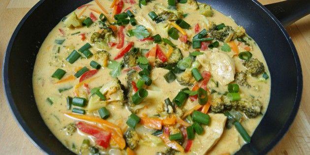 Kylling i karry er rigtig skøn hverdagsmad, og den her er fyldt med masser af dejlige grøntsager.