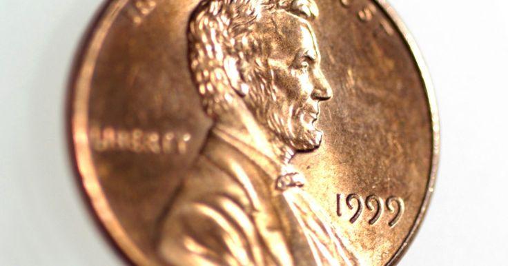 Como fazer um furo em uma moeda. As moedas de cobre são fáceis de trabalhar para fazer artesanatos. Elas podem brilhar quando novas ou ter aquele efeito de pátina após passar de mão em mão durante muito tempo. O barulho dos choque entre moedas permite fazer uma pulseira divertida e barata para crianças e fazer furos no metal leva só um instante.