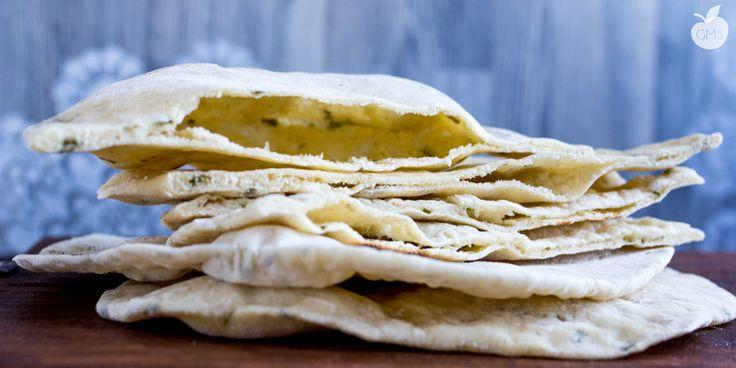 Il pane pita è un pane davvero delizioso, facile e anche abbastanza veloce da preparare, profumatissimo e buonissimo grazie al prezzemolo fresco.