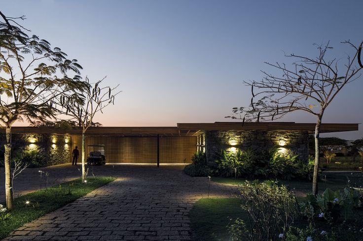 Como um marco topográfico, um muro de pedras divide este lote em dois níveis planos de jardim, criando uma casa térrea do ponto de vista da rua.