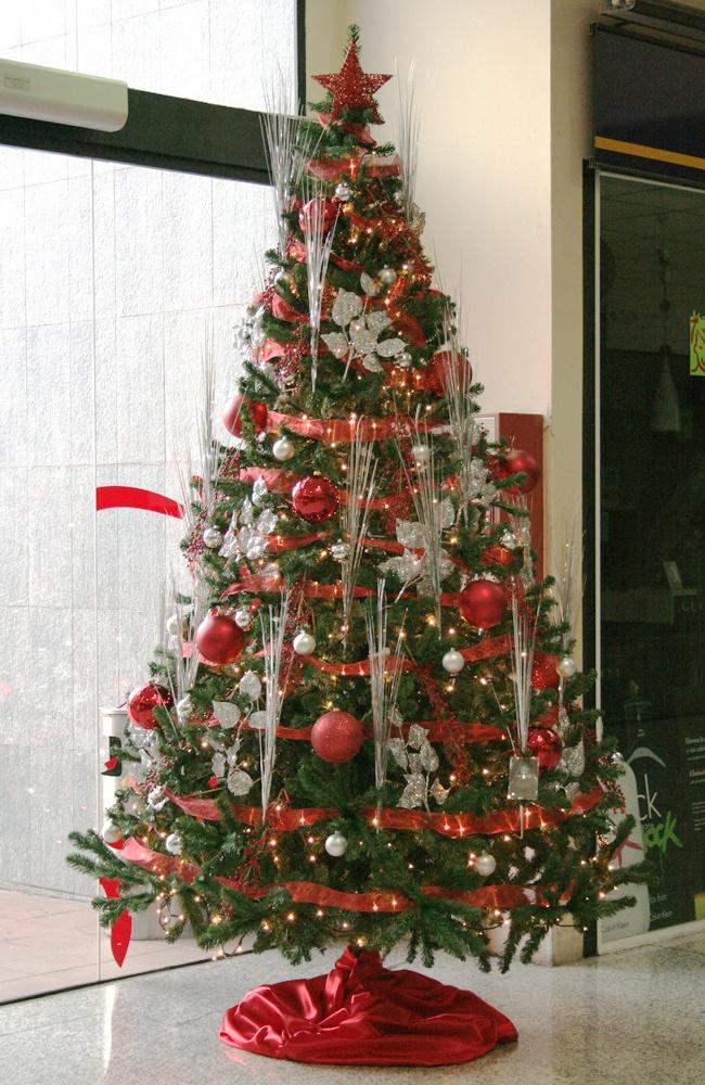 Árbol de navidad rojo y plata en un centro comercial en el Baix Llobregat, Barcelona