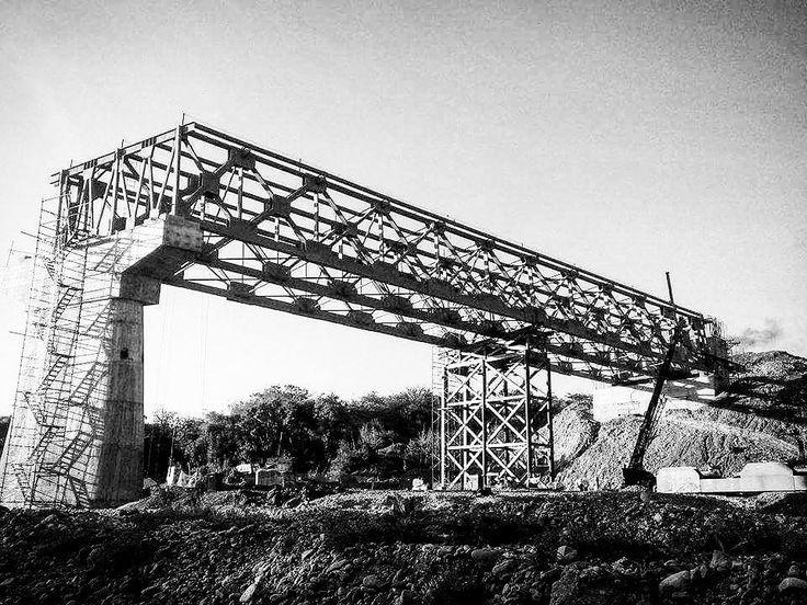 Puente Miahuatlán Oaxaca.  #martes #puente #montaje #obra #corte #celosia  #soldar #soldador #soldadura #geometria #habilitador #arcosumergido #arcoelectrico #constructor #trabajador #soldadura #electrodo #acero #hierro #procesodefabricacion #weld #campo #oaxaca #miahutlan #estructura #ingenierocivil #blancoynegro  #blancoynegrofoto  #welding #blackandwhite #blackandwhitephotograph